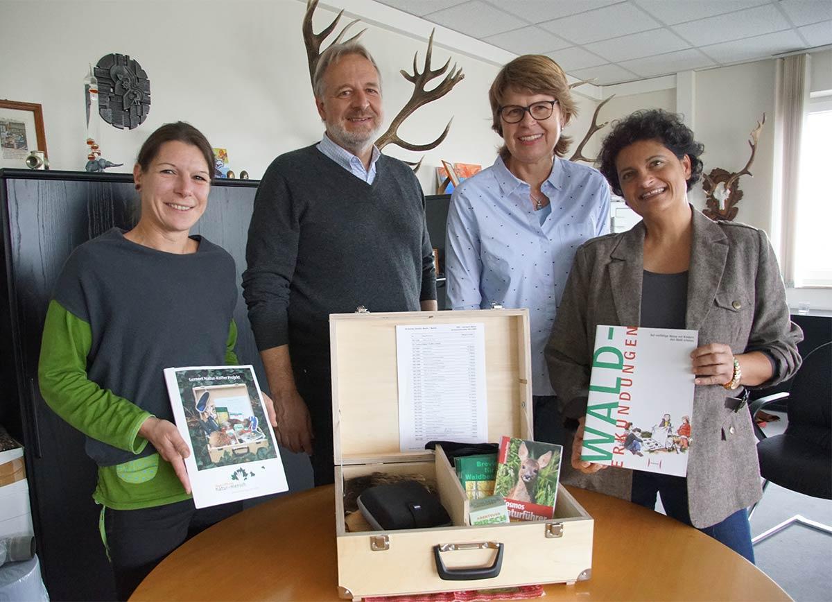 Übergabe des Lernort-Natur Koffers vom Jagdclub St. Hubertus an den Verein Kirschberghütte in Bad Vilbel